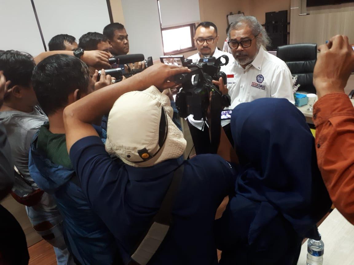 Arist Merdeka Sirait Ketua Umum Komnas Perlindungan Anak memberi keterangan pers.