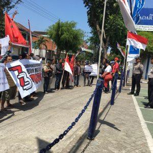 Serikat Buruh Madiun Demo Tuntut Pesangon