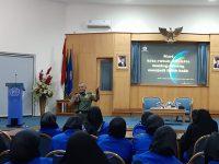 TNI BAGIKAN BUKU DAN BEKALI WAWASAN KEBANGSAAN KEPADA RATUSAN GURU