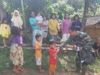 Anak anak Pekon Gunungraya Dekat Prajurit TNI Satgas TMMD 108