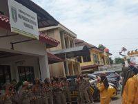 Berani Sekali Puluhan Perempuan Ini Melakukan Demo Di Mako Polda Lampung. Ini Ternyata Alasanya